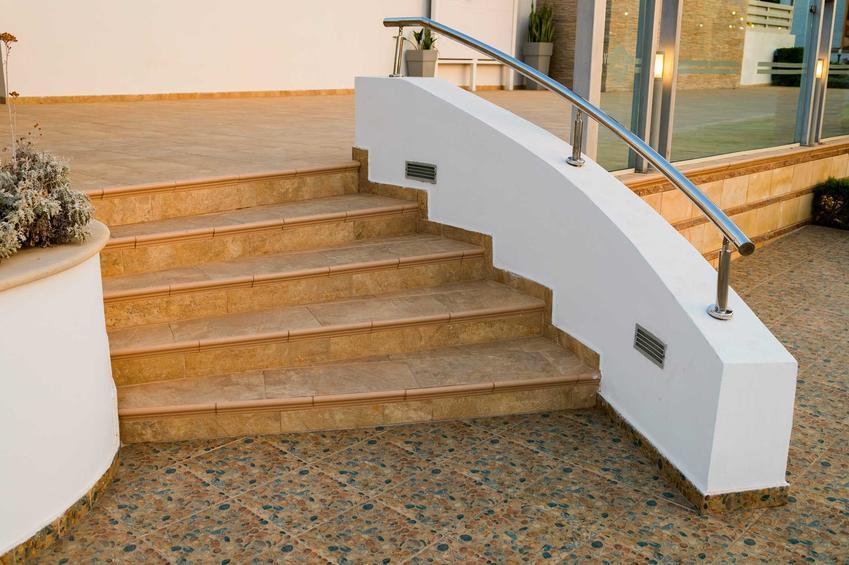 Antypoślizgowe płytki na schody jako zewnętrzne płytki na schody - rodzaje, zastosowanie i klasa ścieralności