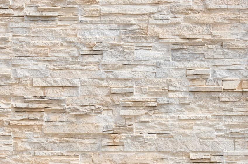 Płytki gipsowe czy też gipsowe kafle na ścianę, które imitują na niej kamień dekoracyjny, a także rodzaje, opinie oraz ceny płytek gipsowych na ściany