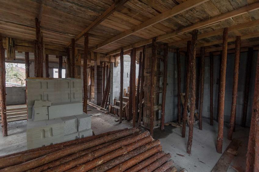 Deskowanie stropu na budowie domu jednorodzinnego krok po kroku oraz szalowanie stropu monolitycznego przez ekipę remontową