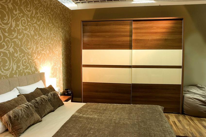 Szafa ubraniowa w sypialni w stylu klasycznym oraz polecane szafy Black Red White, czyli szafy BRW i opinie na ich temat