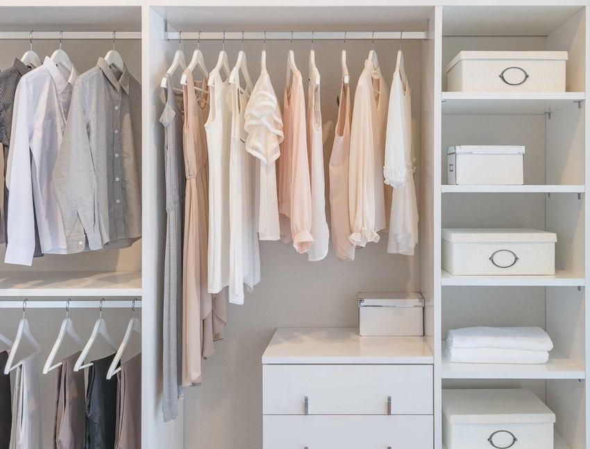 Wnętrze szafy Black Red White wypełnione ubraniami oraz polecane szafy BRW i opinie na ich temat oraz ceny