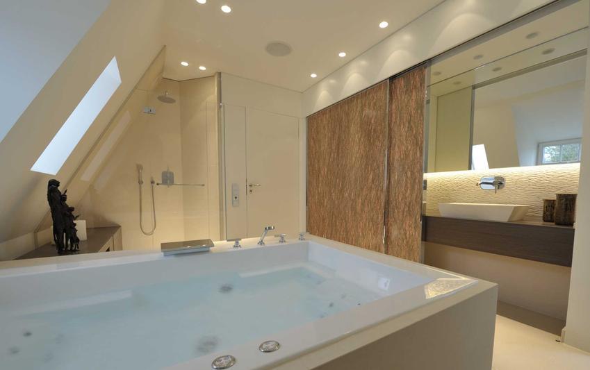 Drzwi przesuwne do łazienki, czyli przesuwane drzwi do łazienki w pięknie zaaranżowanym wnętrzu z wanną z hydromasażem
