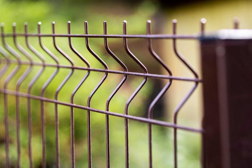 Panele ogrodzeniowe na słupkach betonowych lub drewnianych dobrze wyglądają. Jednak najbardziej popularne są panele metalowe, wypełnione siatką.