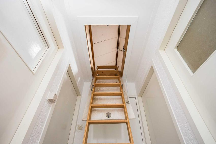 Wąskie schody na poddasze użytkowe i nie tylko, chowane w podłodze oraz polecane rozwiązania - opinie, porady