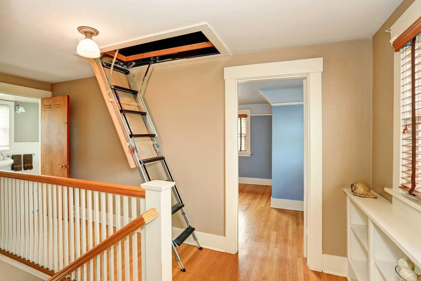 Wąskie schody na poddasze użytkowe oraz widoczny wyłaz w podłodze, a także polecane modele i producenci - opinie i ceny