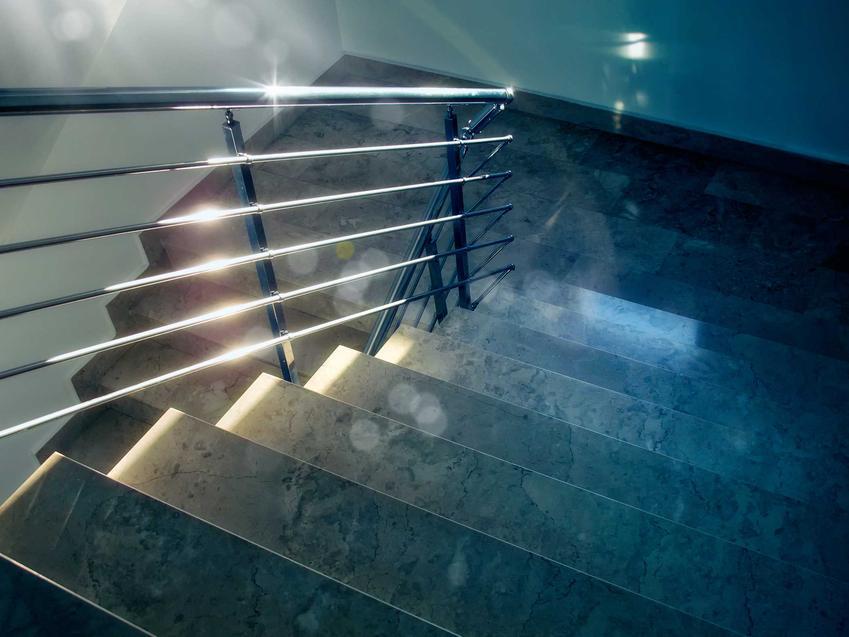 Wewnętrzne schody granitowe oraz srebrna barierka, a także polecane modele oraz opinie na temat schodów z granitu