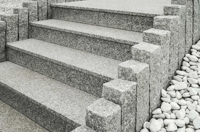 Shody granitowe z płyt granitowych na zewnętrz oraz montaż schodów z granitu, a także opinie na ich temat