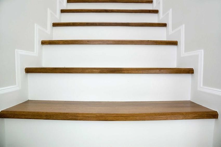 Schody dębowe i stopnie dębowe na schody drewniane oraz cena za stopień i inne porady, opinie, zastosowanie i całkowity koszt montażu