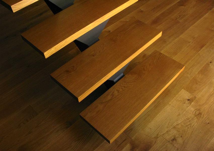 Schody dębowe i stopnie dębowe na schody drewniane oraz cena za stopień, opinie, całkowity koszt, wady i zalety oraz porady dla właścicieli