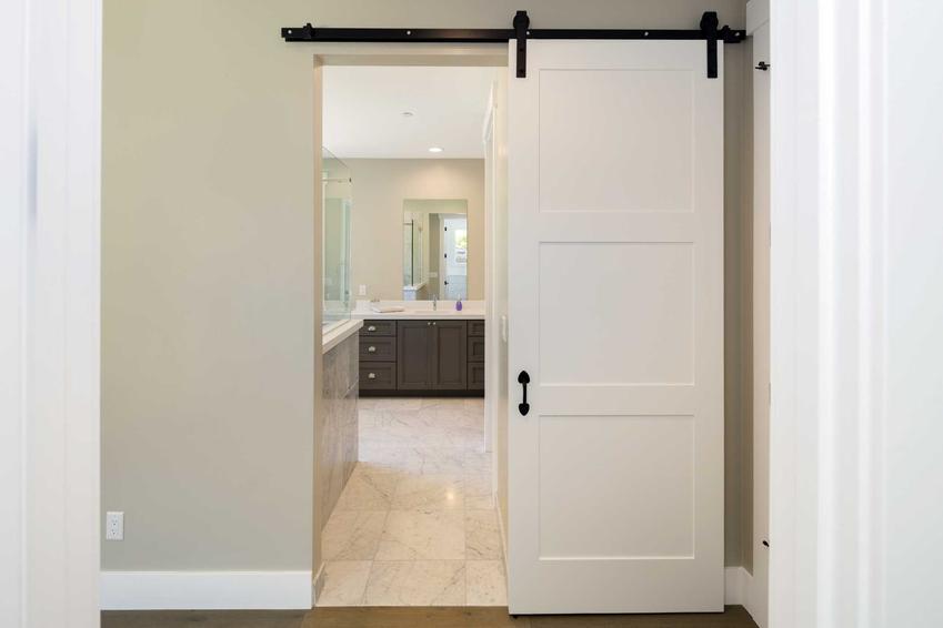 Pokojowe drzwi przesuwane naścienne jednoskrzydłowe wewnętrzne oraz polecane drzwi przesuwne i najlepsi producenci