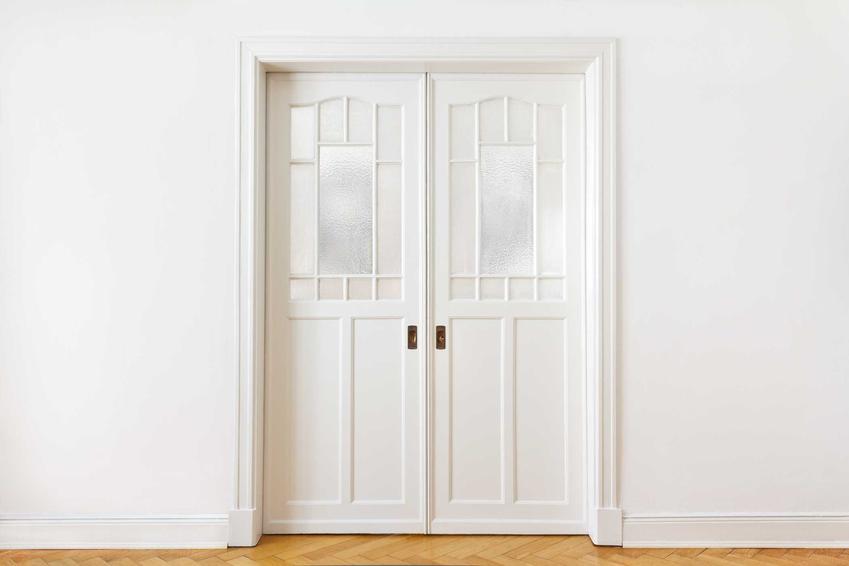 Drzwi przesuwne dwuskrzydłowe w kolorze białym oraz polecane drzwi przeswuwne naścienne i drzwi przesuwne chowane w ścianę