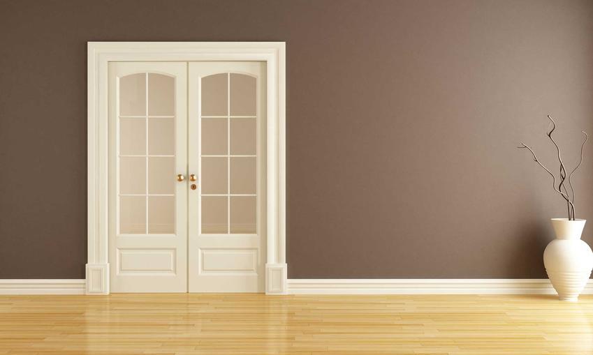 Białe drzwi przesuwne dwuskrzydłowe oraz polecane drzwi przeswuwne naścienne i drzwi przesuwne chowane w ścianę