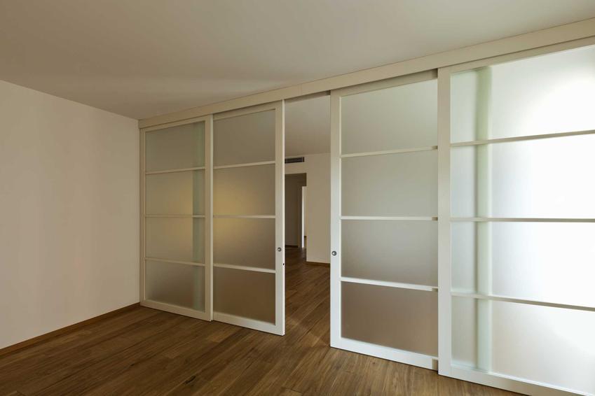 Drzwi przesuwne szklane w pokoju oraz rolki do drzwi przesuwnych, a także rolki do drzwi od szafy przesuwnej