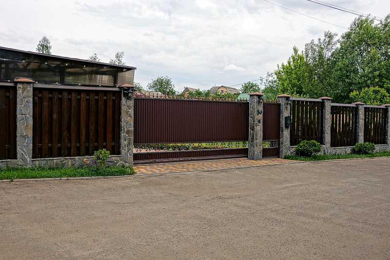 Ogrodzenie drewniane przed domem, a także koszty instalacji i budowy, cena, rodzaje, zastosowanie, wybór materiału