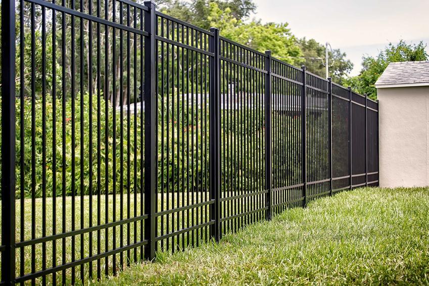 Ogrodzenie metalowe domu oraz polecane ogrodzenia metalowe w Castoramie wraz z cenami i ofertą, najlepsze modele, nowoczesne rozwiązania