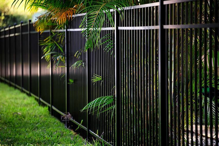Ogrodzenie metalowe domu oraz polecane ogrodzenia metalowe w Castoramie, ceny, modele, rozwiązania, oferta