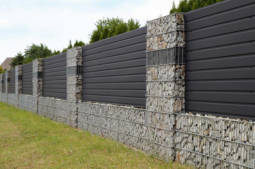 Ogrodzenia gabionowe w postaci przęseł z paneli i kamieni, a także informacje na ich temat i koszt ogrodzeń gabionowych