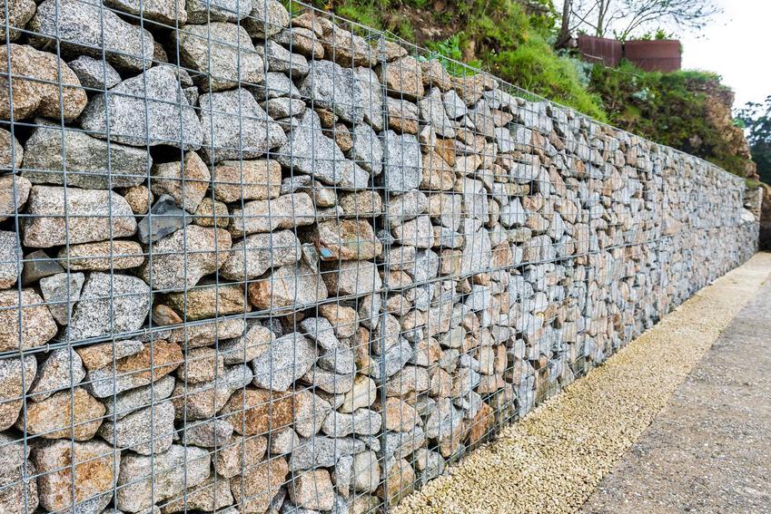Ogrodzenia gabionowe w postaci siatki i kamieni, a także informacje i koszt ogrodzeń gabionowych, montażu oraz materiałów
