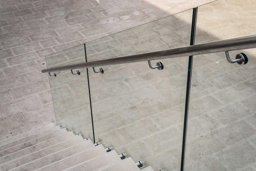 Poręcze na schody zewnętrzne, czyli polecane poręcze schodowe na szklane balustrady, ich rodzaje, opinie i ceny