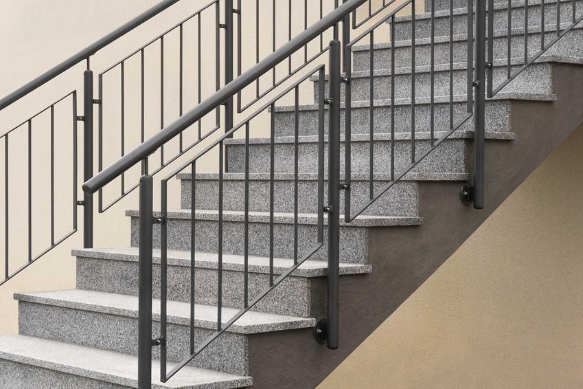 Poręcze na schody zewnętrzne, czyli polecane poręcze schodowe na balustrady, ich rodzaje, materiał wykonania, opinie i ceny krok po kroku