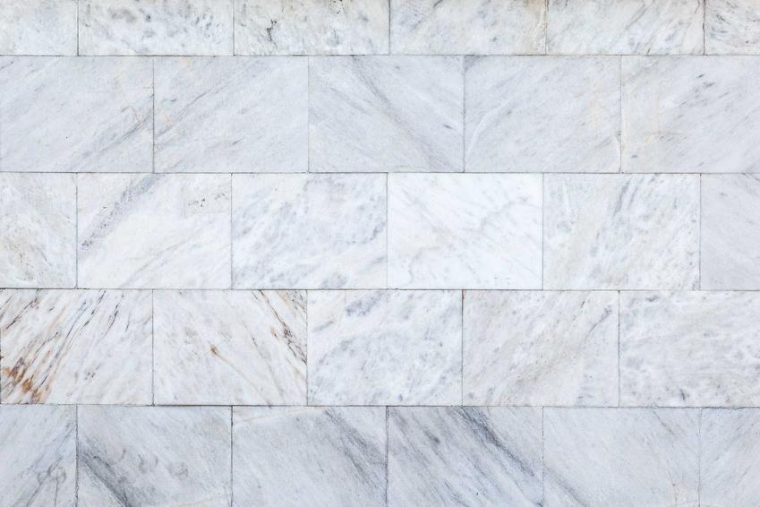 Płytki marmurowe czy też kafle marmurowe jako płytki podłogowe do łazienki oraz prodecunci i ceny, zastosowanie i układanie