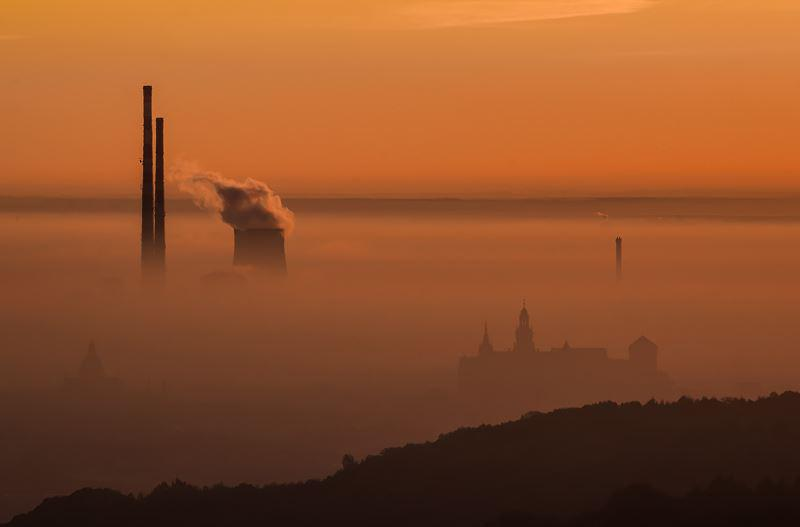 Od 1 września 2019 roku Kraków zakazuje opalania domów piecami na węgiel i drewno, aby zmniejszyć smog - sprawdź przepisy.