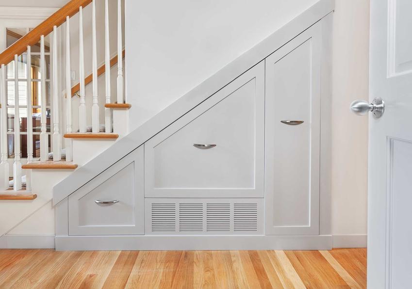 Szafa pod schodami czy też garderoba pod schodami oraz możliwości aranżacyjne na półki pod schodami krok po kroku