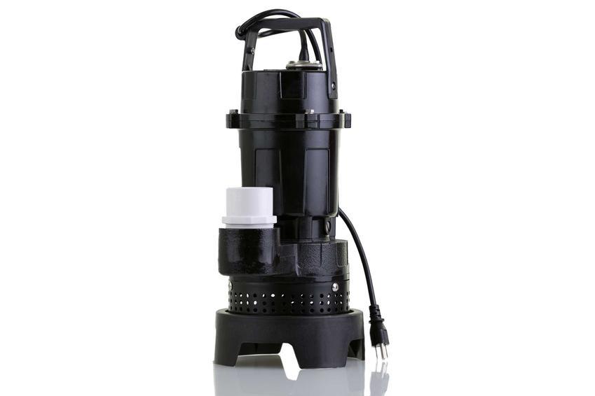 Pompa do studni głebinowej na białym tle oraz polecana pompa głebinowa w ofertach producentów, najlepsze modele i porady podczas zakupu