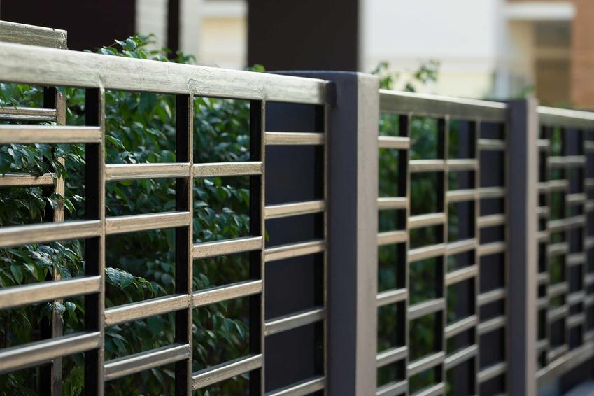 Ogrodzenia metalowe panelowe są lekkie i bardzo komfortowe. Tanie, łatwe w montażu, nie wymagają wylewania fundamentów lub tworzenia podmurówki.