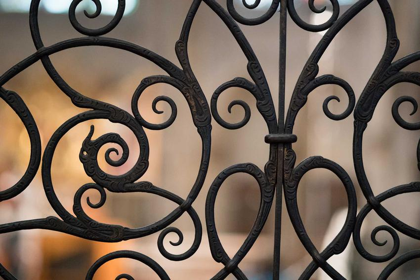 Ogrodzenia metalowe kute są najbardziej eleganckim rozwiązaniem. Pasują do każdego domu, zwłaszcza tych klasycznych lub okazałych. Są jednak dość drogie.