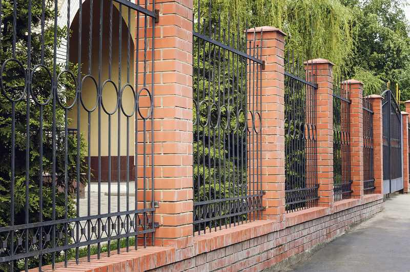 Nowoczesne ogrodzenie metalowe przy domu jednorodzinnym - rodzaje, zastooswanie, opinie, najlepsze porady przy wyborze