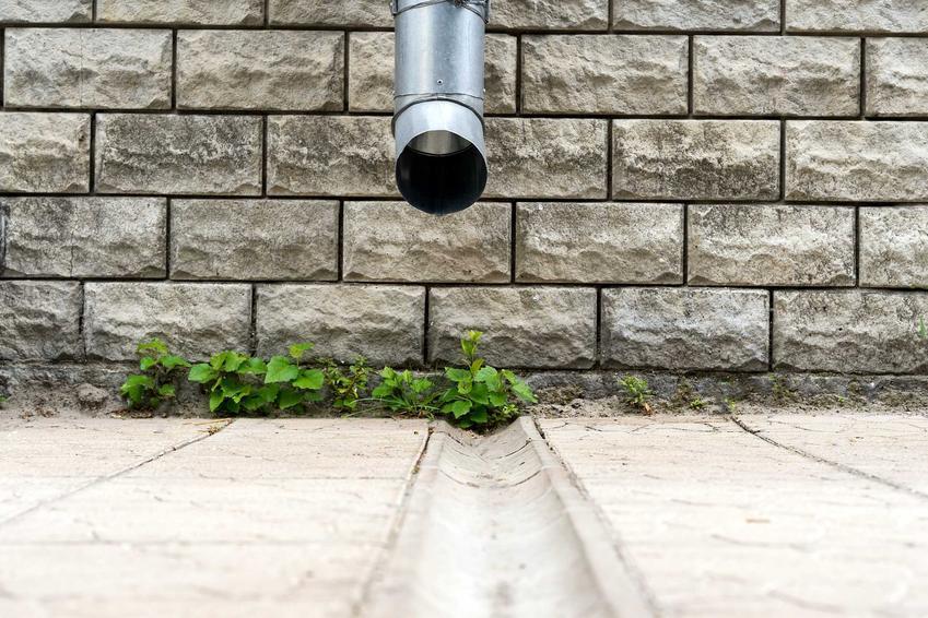 Odprowadzenie wody z rynien, czyli dokładne odprowadzenie wody z dachu oraz polecane sposoby