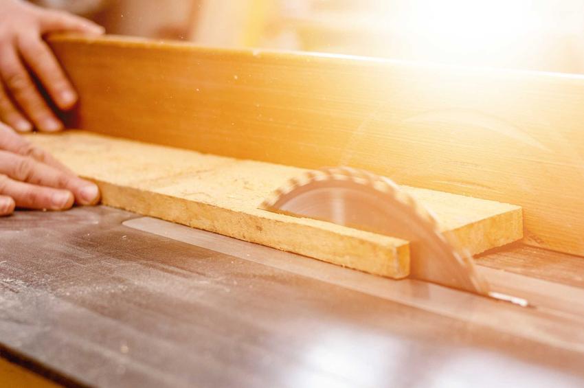 Pilarka stołowa w czasie użycia przez mężczyznę oraz polecane piły stołowe do użytku domowego, najlepsi producenci, modele i opinie