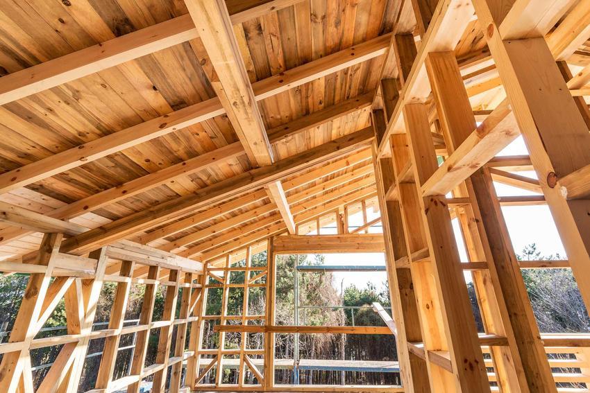 Konstrukcja domu to najważniejszy element każdej budowy. Od tego w zasadzie się zaczyna budowa na różnych etapach. Budowa domu z poddaszem użytkowym może być długotrwała.