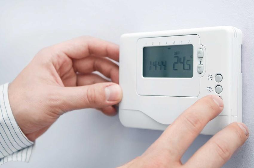 Termostat elektroniczny na ścianie lub termostat elektryczny do grzejnika oraz polecane regulatory pokojowe i opinie