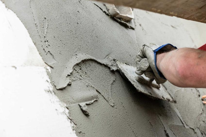 Zaprawa murarska podczas kładzenia tynku oraz prawidłowe proporcje zaprawy murarskiej do wykorzystania przy różnych zastosowaniach.