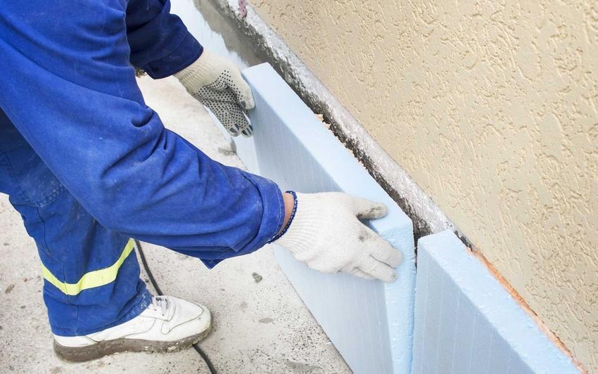 Styropian na fundamenty, czyli ocieplenie fundamentów styropianem oraz mężczyzna podczas pracy