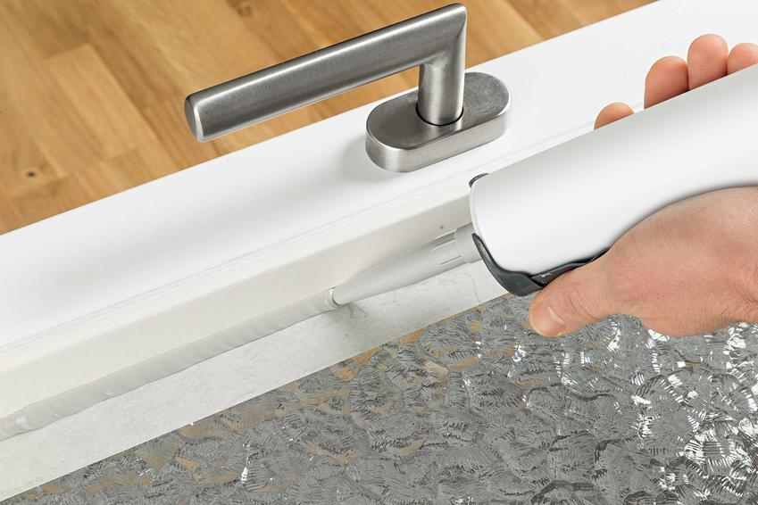 Silikonowanie szyby w drzwiach oraz porady, czym usunąć silikon oraz usuwanie silikonu z płytek