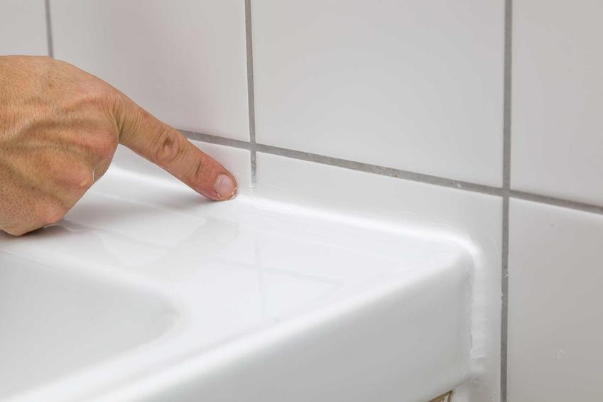 Silikon w łazience oraz porady, czym usunąć silikon oraz usuwanie silikonu z płytek, a także usuwanie zaschniętego silikonu