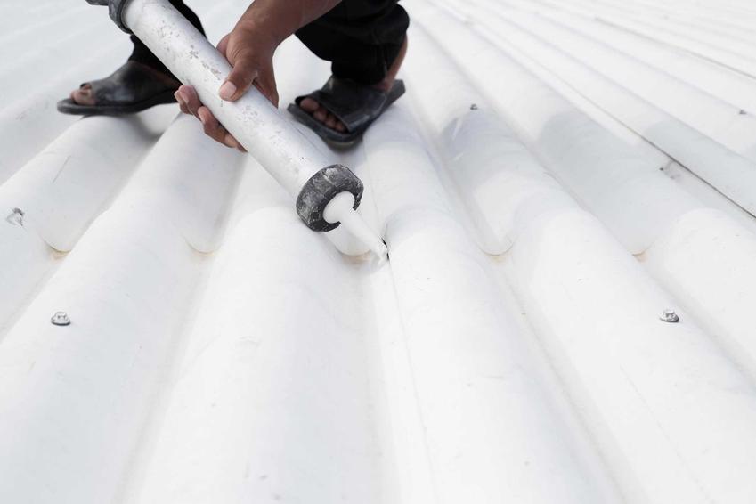 Mężczyzna uszczelniający dach oraz sylikon dekarski czy też uszczelniacz dekarski oraz polecane marki i ceny