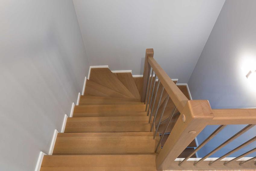 Schody bukowe tańsze niż schody dębowe czy schody jesionowe jako schody wewnętrzne w domu - opinie, zalety, ceny