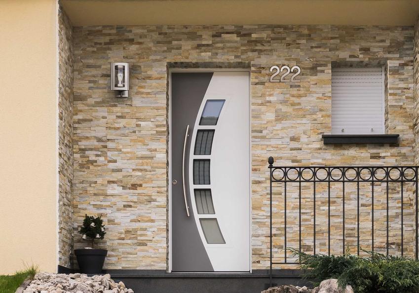 Koszt stolarki zewnętrznej obejmuje zarówno ceny okien, jak i drzwi. Może być bardzo rozstrzelony ze względu na duże zróżnicowanie cen ze względu na materiał i jakość.