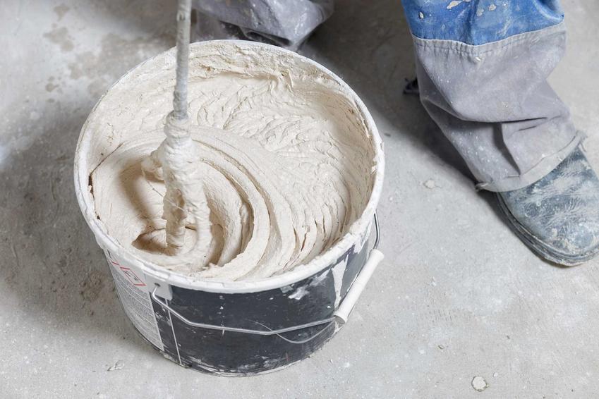 Akryl szpachlowy podczas wyrabiania, czyli akryl lekki lub akryl malarski i inne akryle budowlane oraz opinie i ceny
