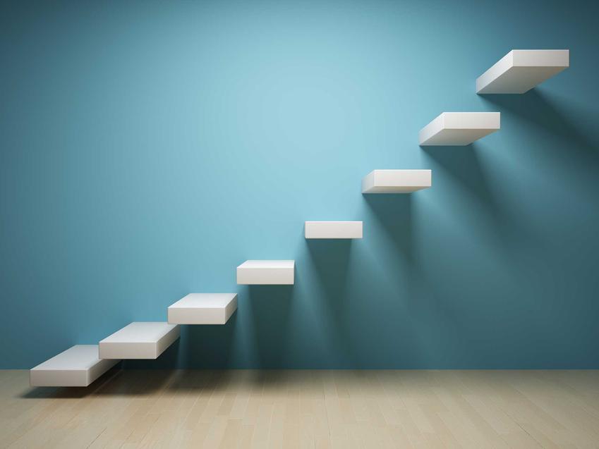 Schody półkowe mocowane do ściany oraz ich konstrukcja, montaż krok po kroku, ceny, a także wady i zalety