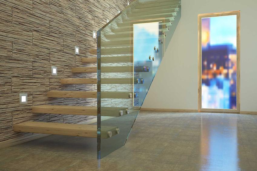 Schody półkowe, czyli schody wewnętrzne mocowane do ściany oraz ich wady i zalety, a także konstrukcja, montaż i ceny