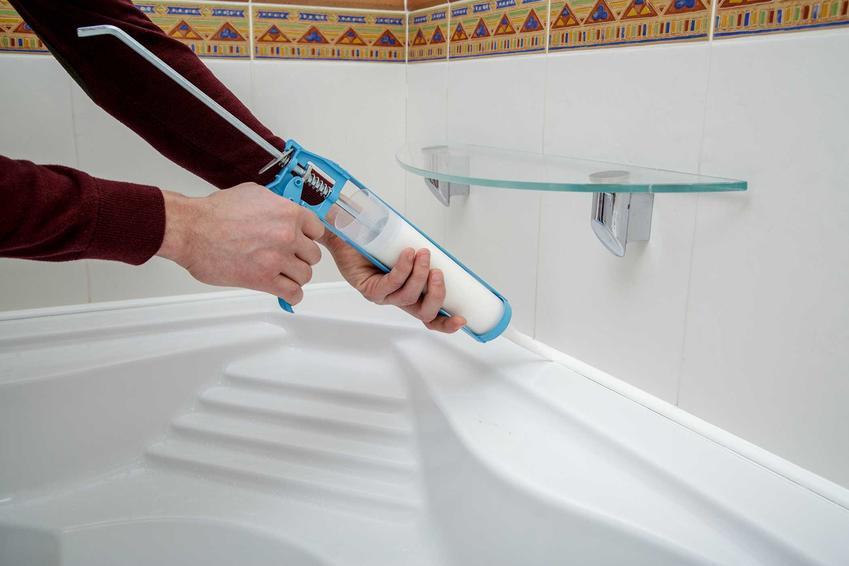 Silikon sanitarny podczas użycia przy wannie, czyli popularne silikony łazienkowe i silikon szybkoschnący