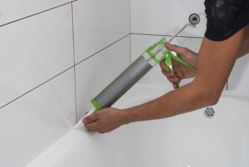 Silikon sanitarny podczas użycia w łazience, czyli popularne silikony łazienkowe i silikon szybkoschnący