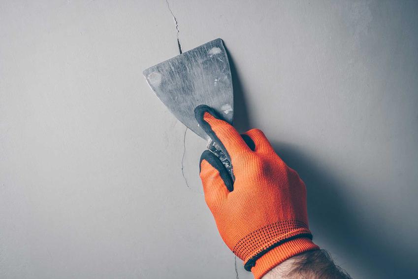 Betonowa ściana podczas naprawy oraz zaprawa naprawcza do betonu, czyli beton naprawczy i polecane zaprawy