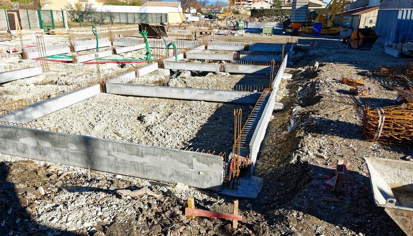 Fundament schodkowy oraz zasady, jeśli chodzi o zbrojenie fundamentu schodkowego, a także jego zastosowanie