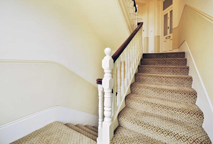 Wykładzina na schody, a dokładniej wykładzina dywanowa na schody betonowe i inne oraz inspiracje na schody obite wykładziną